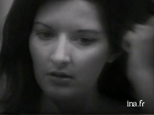 Marina Abramovic, <i>Art Must Be Beautiful... Artist Must Be Beautiful...</i>, 1975 (Extrait)