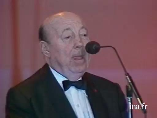 Marcel Carné presents the Caméra d'Or award in 1985