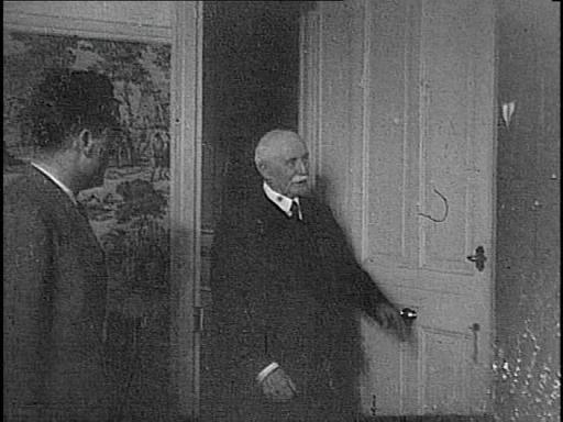 Remise d'une Francisque au Maréchal Pétain |